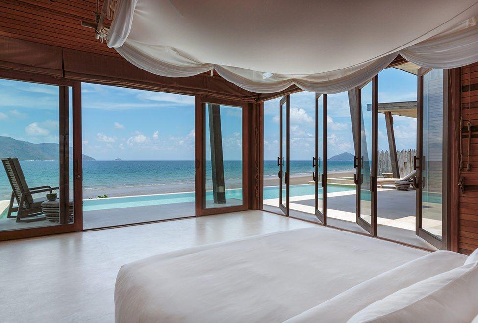975x660_21_ocean_front_3_bedroom_villa_master_bedroom